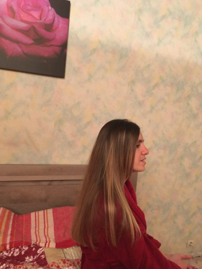 Flo légèrement de profil avec ses cheveux sur l'épaule