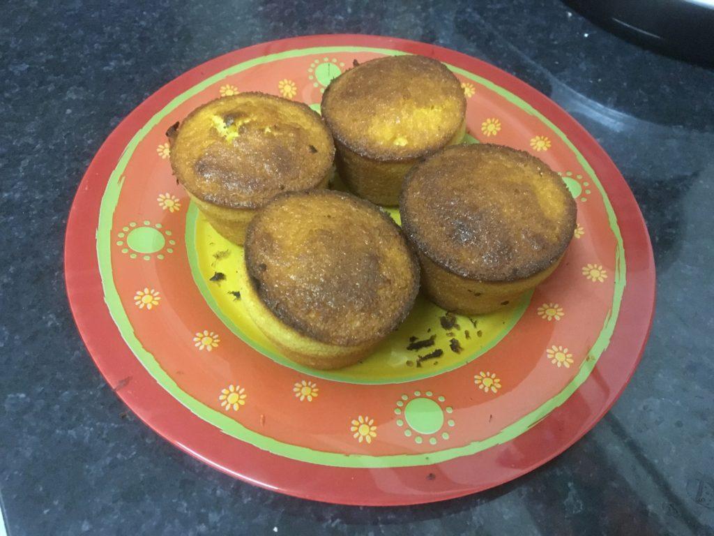 4 muffins dans une assiette