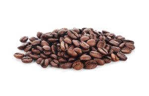 Des grainds de café sur un fond blanc