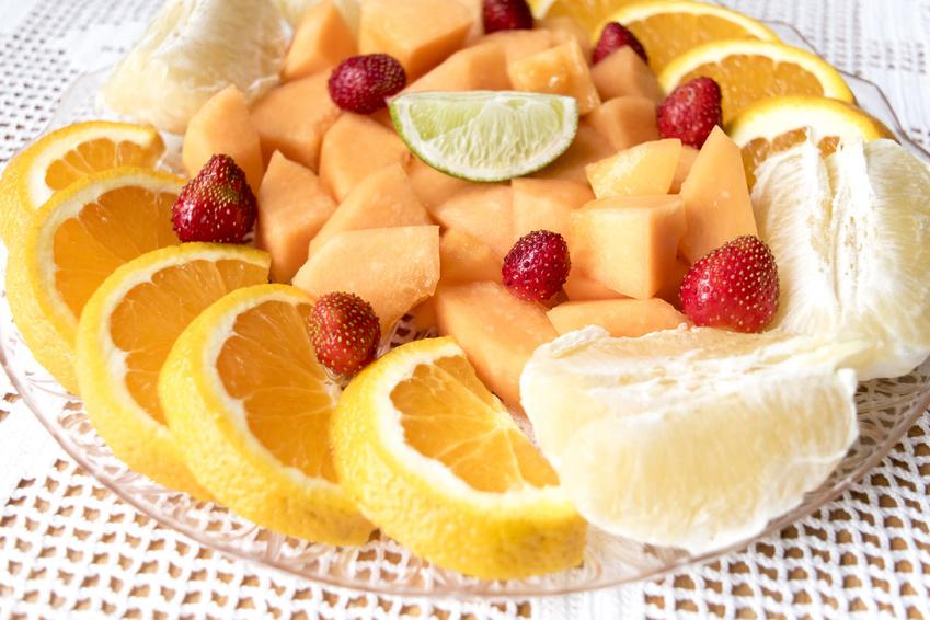 Une salade de fruits frais sur un fond clair