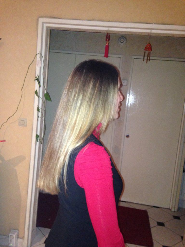 Flo de trois quart dos, cheveux détachés