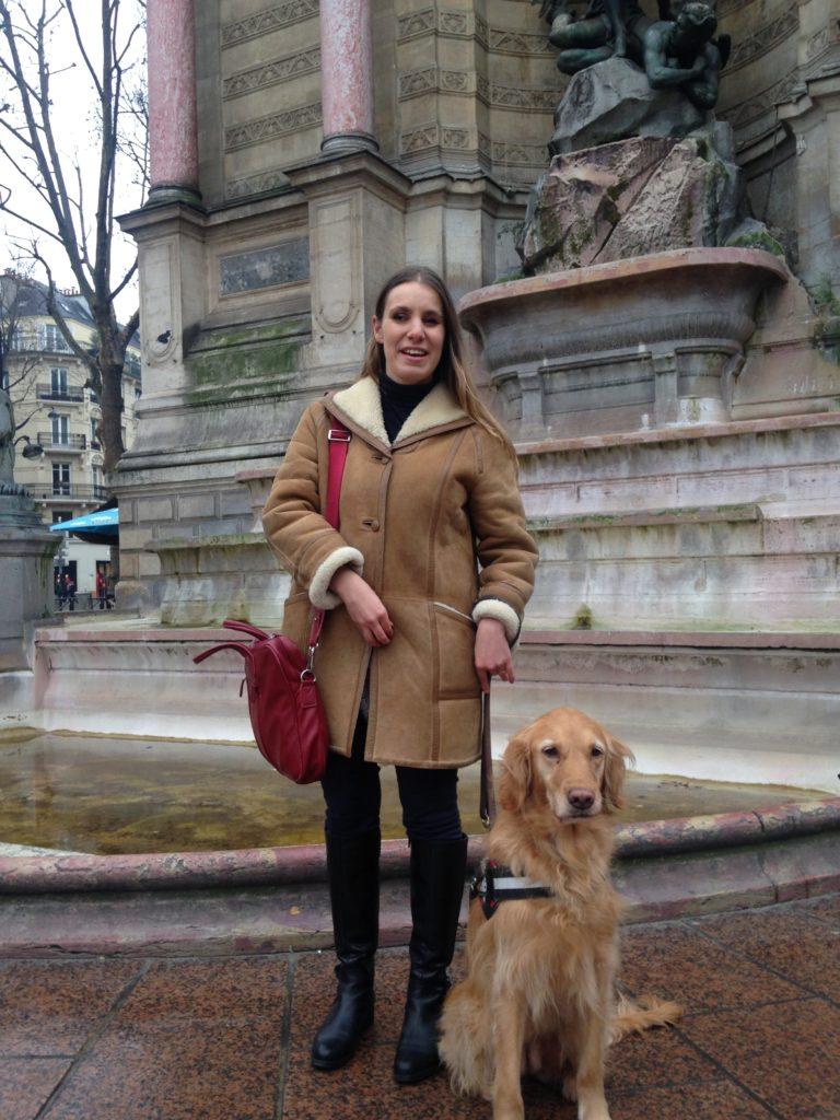 Florie et Elba devant la fontaine st-Michel