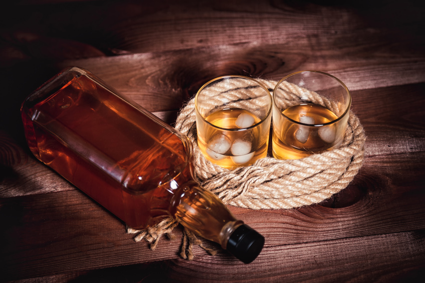 Une bouteille d'alcool enroulée dans une corde de navire