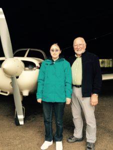 Ève et Marc devant le Piper de la Maison du Pilote