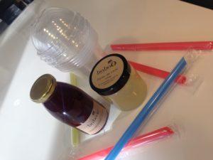 Ensemble de verres, dômes, pailles et perles de fruits (autre prise de vue)