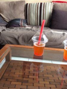 Bubble tea avec perles dans verre en plastique avec dôme et paille