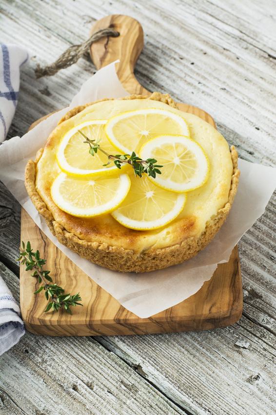 Une part de cheesecake surmontée de tranches de citron