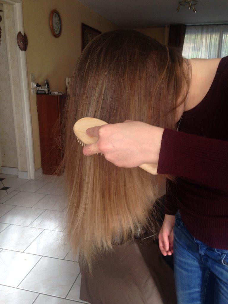 Flo se brosse les cheveux