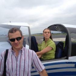 Florie dans DR400, Franck debout devant l'aile