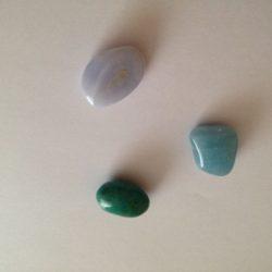 3 pierres bleues sur un fond blanc