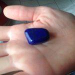 Lapis-lazuli posé sur la paume d'une main