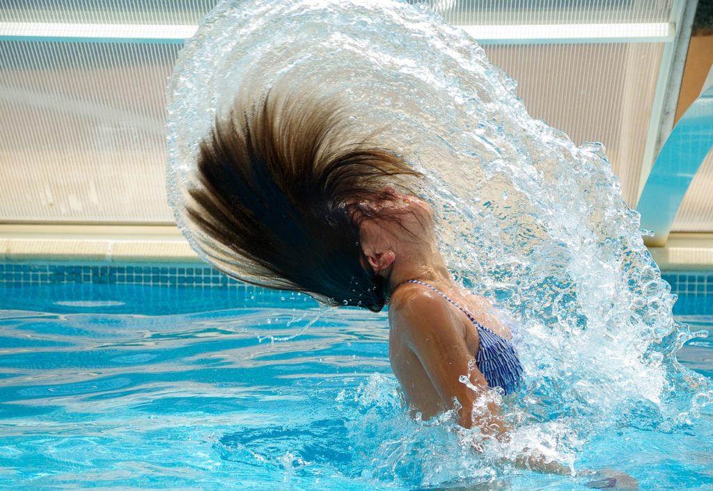 Nageuse en maillot bleu dans une piscine