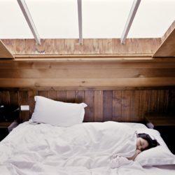 Femme qui dort dans un lit