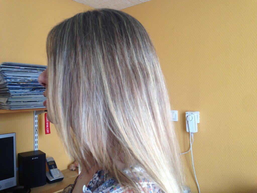 Longs cheveux blonds vus de près