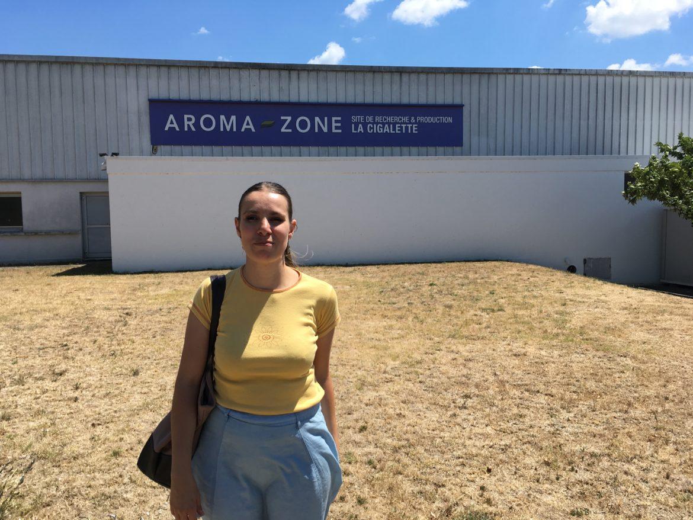 Flo debout devant les locaux de production d'Aroma-Zone