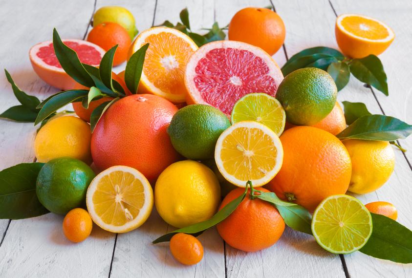 Plusieurs agrumes (citron, pamplemousse, orange...)