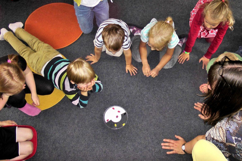 Groupe d'enfants qui jouent