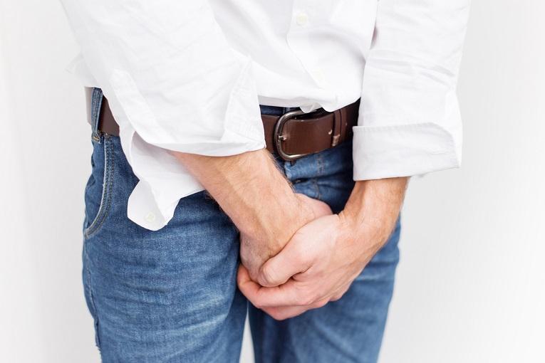 Homme se tenant le bas-ventre à deux mains