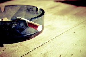 Mégot de cigarette et cendrier sur une table