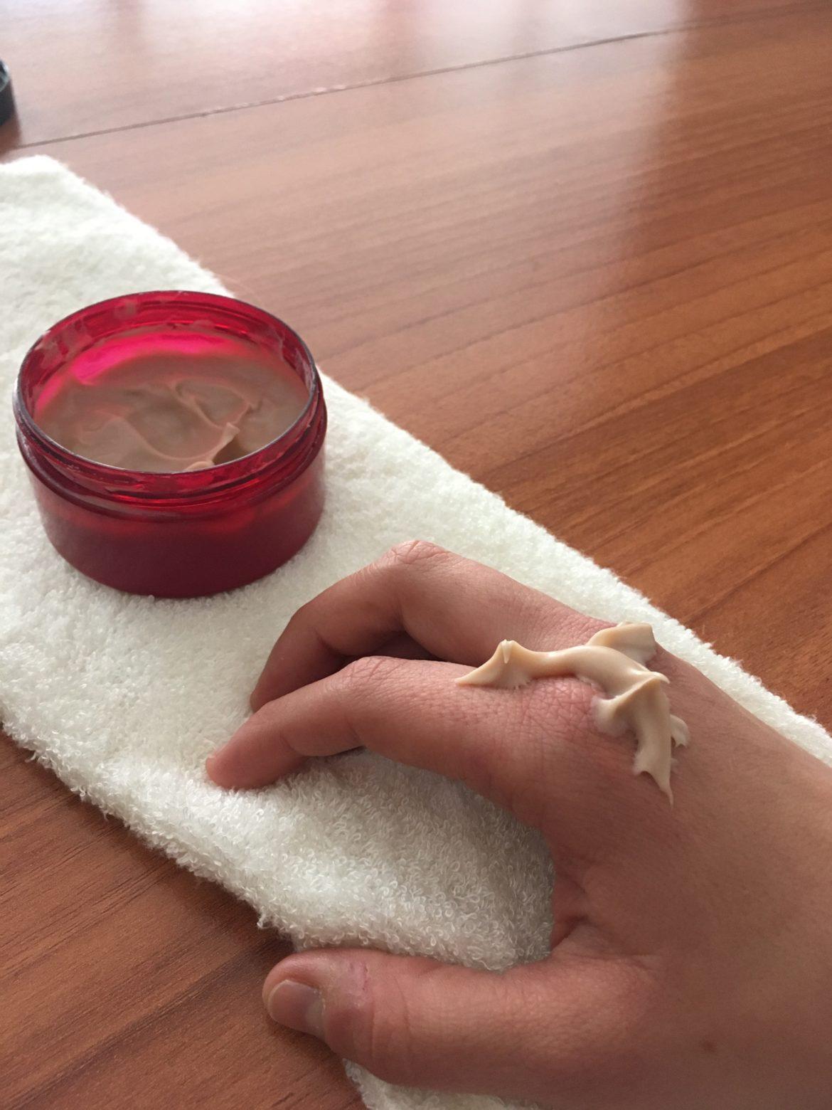 Noix de crème couleur chocolat sur le dos d'une main