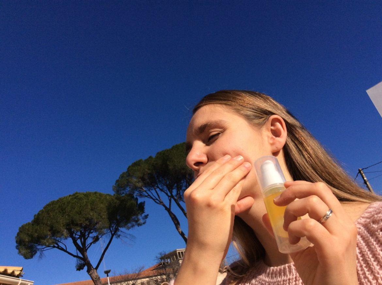 Visage Flo au soleil avec flacon