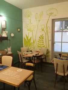 Tables de la petite salle de restaurant Citizen Market