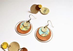 Boucles d'oreille avec illustration tirée d'une carte routière et cuir camel