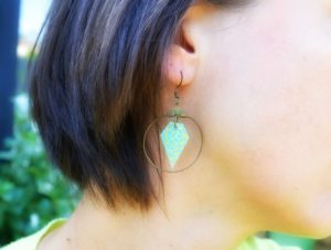 Boucles d'oreilles portées, motif diamant turquoise et cercle laiton