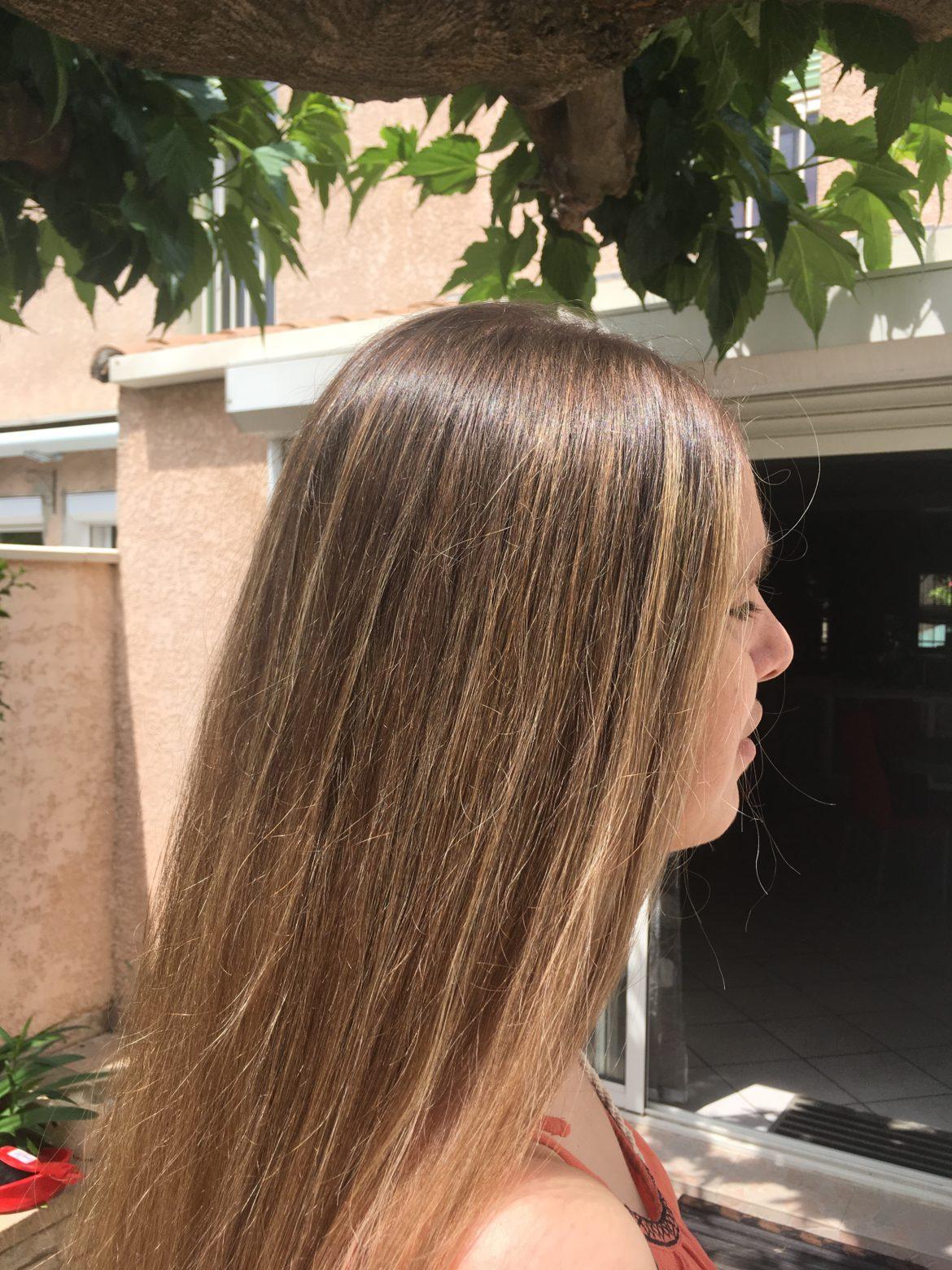 Cheveux de Flo lisses et bien démêlés
