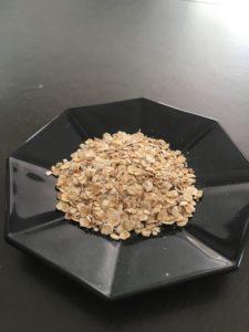 Des flocons d'avoine dans une coupelle