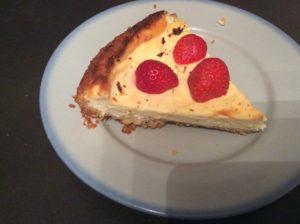 Part de cheesecake surmontée de quelques fraises