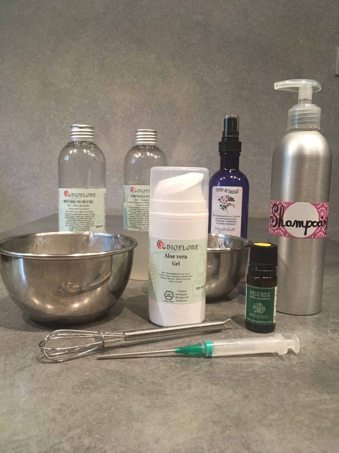 Ensemble d'ustensiles et d'ingrédients avec bouteille de shampoing
