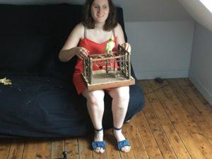 moi assise avec sur les genoux Éline posée sur sa petite aire de jeux en bois