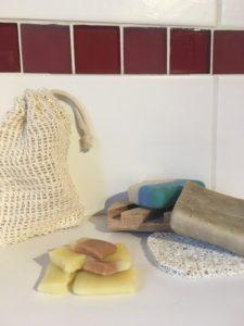 Sachets avec morceaux de savon et savon entier