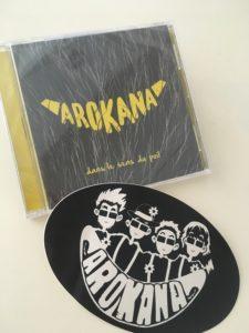 Pochette de l'album Dans le sens du poil avec sticker du groupe Arokana