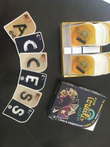 Boîte du jeu Toutilix Access entourée de cartes représentant de grosses lettres