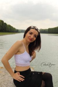 Photo bucolique d'Ana à Versailles au bord de l'eau