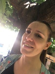 Portrait de Flo, de face, en extérieur