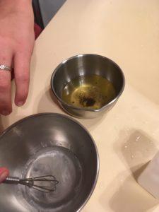 Deux bols en métal. Celui de gauche contient une huile, celui de droite un gel blanc
