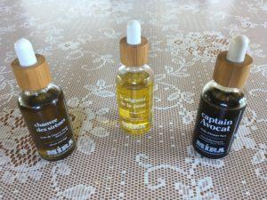 Les trois flacons des huiles Mira dont je parle ci-après, flacons en verre avec pipettes en bambou