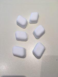 Quelques pastilles rectangulaires blanc-gris