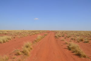 Route traversant des terres très rouges
