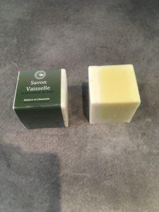 Deux cubes de savon, l'un dans son emballage Nature et Limousin, l'autre nu
