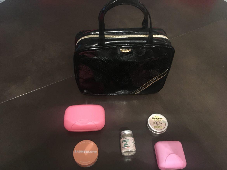 Un joli vanity noir entouré de cosmétiques dans des pots et de boîtes à savon colorées